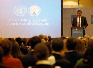 Son Excellence M. Jean Pierre Karabaranga, Ambassadeur du Rwanda, s'adressant aux participants